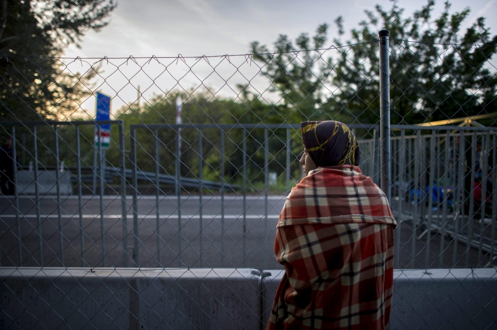Hungary seals border with Serbia to migrants