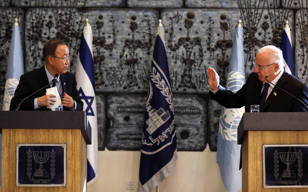 epa04985449 Israeli President Reuven Rivlin (R) holds a joint press conference with UN Secretary General Ban Ki-moon (L), at the president's Residence in Jerusalem, Israel, 20 October 2015. Ki-Moon will later meet with Israeli Prime Minister Benjamin Netanyahu and the Palestinian President Mahmoud Abbas in Ramallah, in an attempt to end the wave of violence between Israelis and Palestinians. EPA/ATEF SAFADI