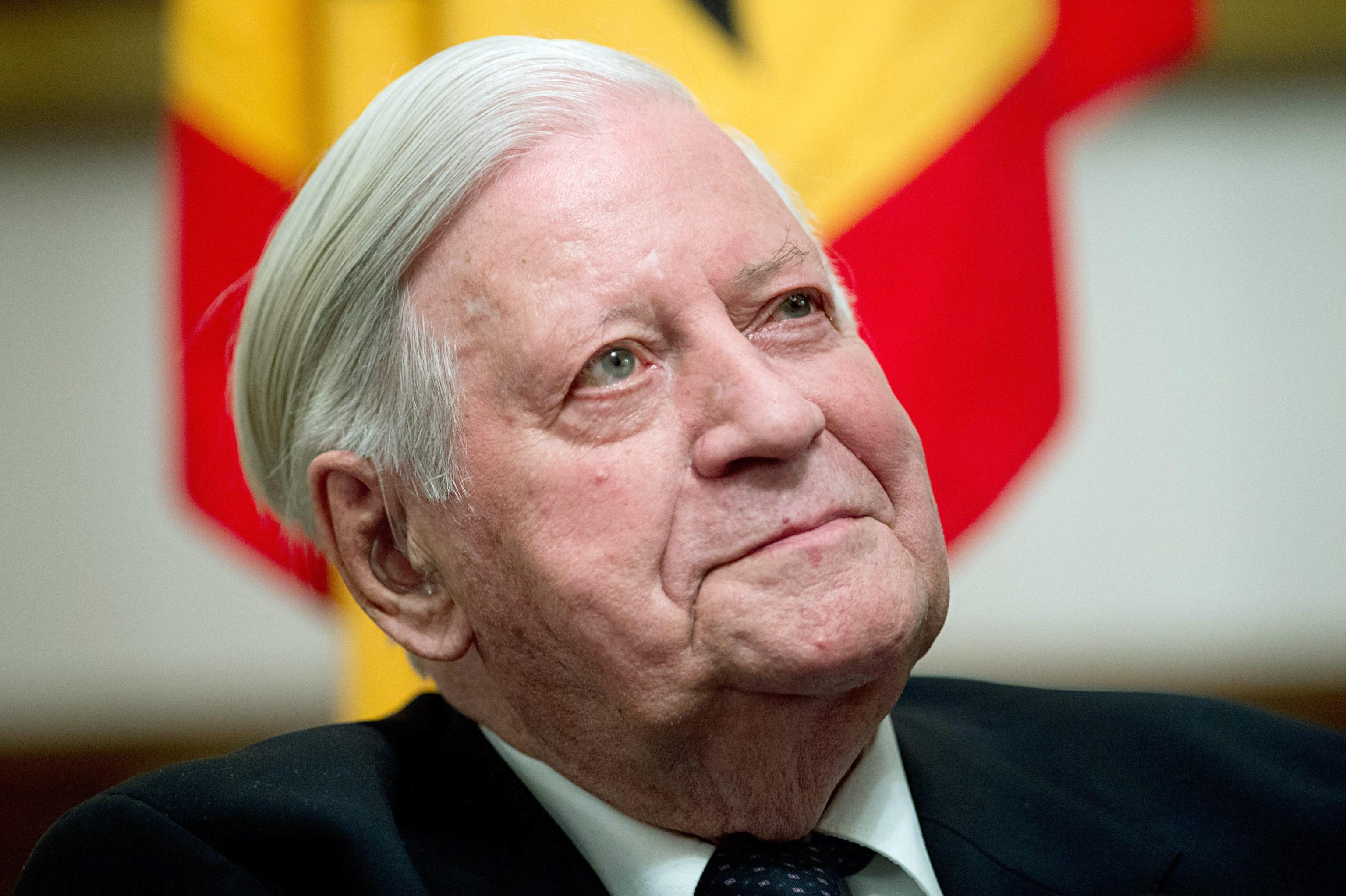 epa04124085 Former German chancellor Helmut Schmidt smiles during a reception in honour of Schmidt's 95th birthday in Berlin, Germany, 13 March 2014. Schmidt had turned 95 on 23 December 2013.  EPA/MAURIZIO GAMBARINI