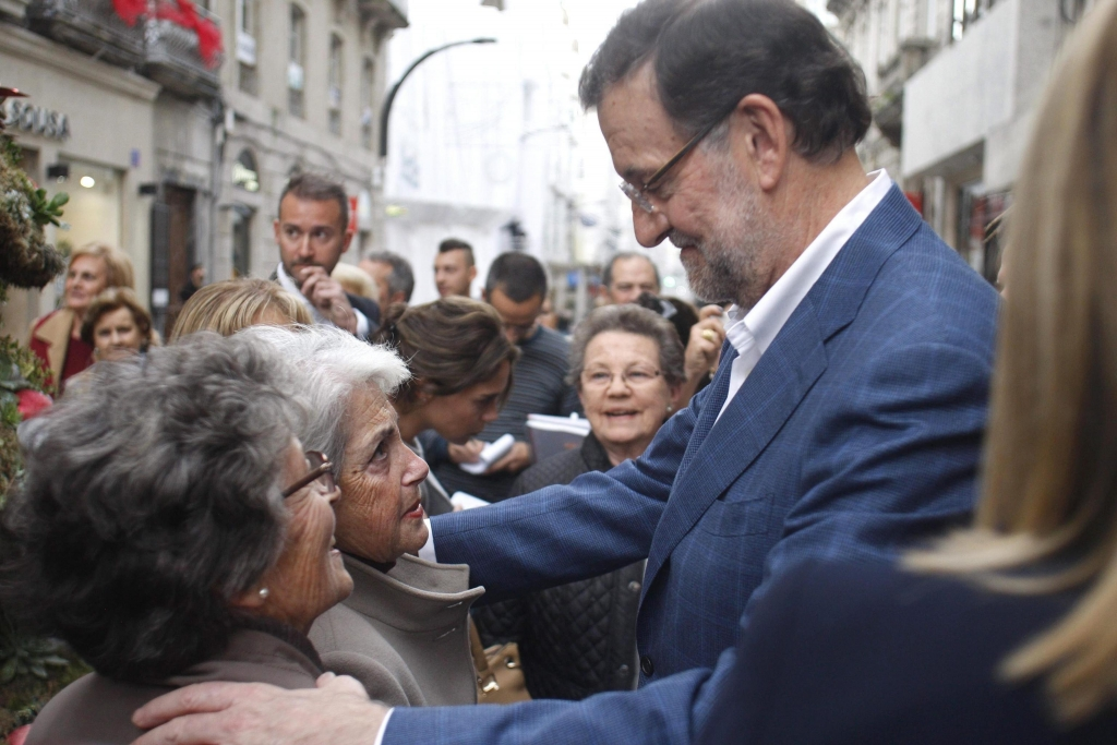 epa05071398 Spanish Prime Minister and presidential candidate of the Popular Party, Mariano Rajyo (R) greets people after an election campaign event held in Vigo, Galicia, Spain, 16 December 2015. Spain wil held general elections on 20 December 2015. EPA/SALVADOR SAS
