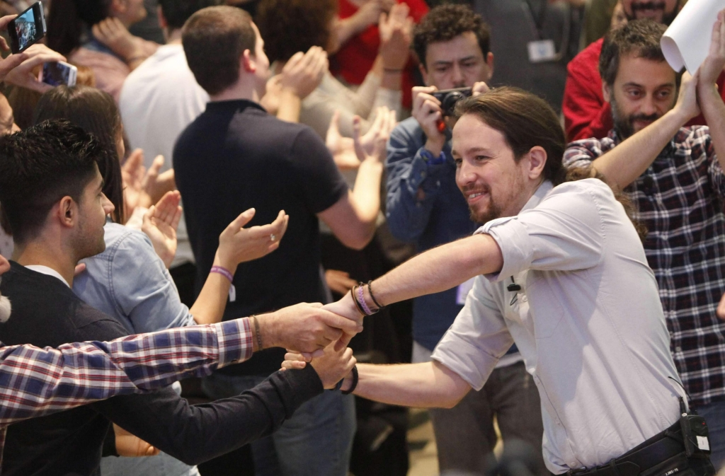 epa05071110 Spain's Podemos ('We can') party leader and prime ministerial candidate Pablo Iglesias (R) greets his supporters during an election campaign in A Coruna, Galicia, northwestern Spain, 16 December 2015. Spain will hold a general election on 20 December 2015. EPA/CABALAR