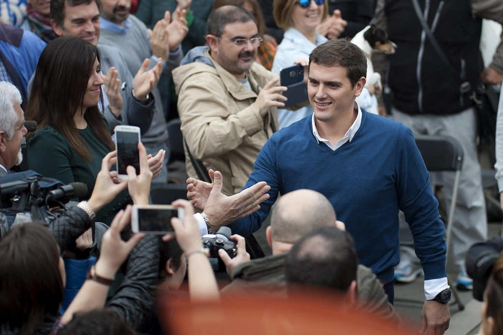 epa05070943 Spain's 'Ciudadanos' party leader and presidential candidate Albert Rivera (R) greets his supporters during an election campaign at Pombo Square in Santander, northern Spain, 16 December 2015. Spain will hold a general election on 20 December 2015. EPA/PEDRO PUENTE HOYOS