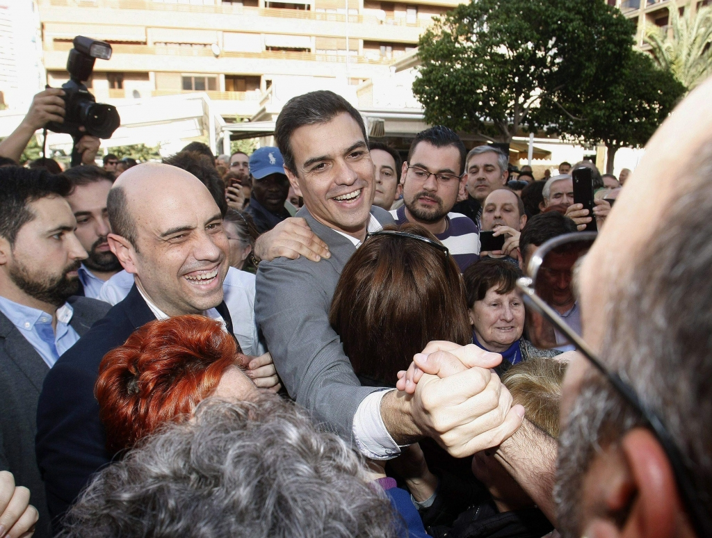 epa05071130 Spain's Spanish Socialist Workers' Party (PSOE) leader and prime ministerial candidate Pedro Sanchez (C) greets his supporters during an election campaign in Alicante, eastern Spain, 16 December 2015. Spain will hold a general election on 20 December 2015. EPA/MORELL