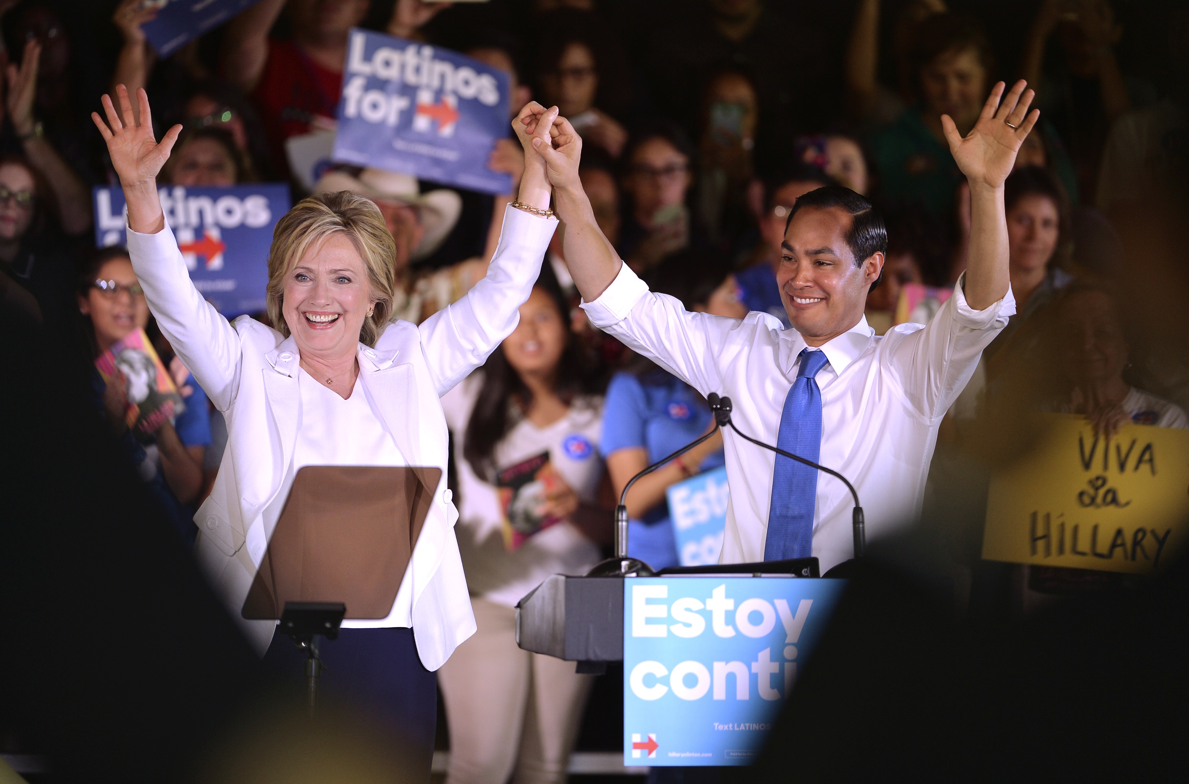 """Democratic U.S. presidential candidate Hillary Clinton waves with U.S. Secretary of Housing and Urban Development Julian Castro at her side during a """"Latinos for Hillary"""" rally in San Antonio, Texas October 15, 2015. Castro endorsed Clinton's campaign for president. REUTERS/Darren Abate - RTS4NH9"""