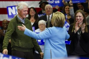 epa05150274 Democratic presidential candidate Hillary Clinton (C) is greeted by her husband, former US president Bill Clinton (L), and her daughter, Chelsea (R), during a rally at Manchester Community College in Manchester, New Hampshire, USA, on 08 February 2016. The New Hampshire primary will be held on 09 February 2016. EPA/JUSTIN LANE