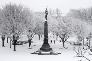 epaselect epa05144998 People walk through Victory Park during snowfall from winter storm Lexi, in Manchester, New Hampshire, USA, 05 February 2016. Presidential candidates are criss-crossing the state to campaign before the 09 February primary in New Hampshire. EPA/MICHAEL REYNOLDS
