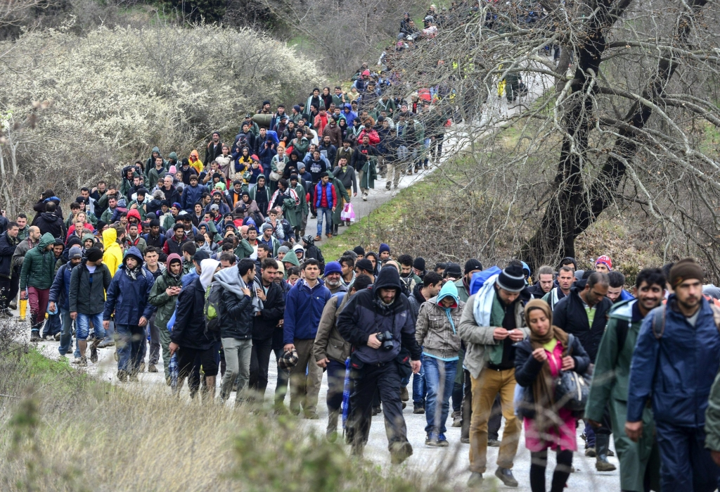 epa05210991 Hundreds of migrants walk from a camp near the Greek village of Idomeni as they try to find an alternative way to cross the border between Greece and the Former Yugoslav Republic of Macedonia (FYROM), near Idomeni, northern Greece, 14 March 2016. Greece has registered in its territory more of 44,000 migrants trapped due to entry restrictions already imposed by Macedonia in recent months, by denying entry to all those who are considered economic migrants, prohibiting the passage of Afghans, and finally denying entry to all Syrians and Iraqis who are not from combat areas. EPA/NAKE BATEV