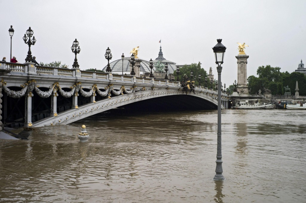 epa05342818 A general view of the Seine river shows a partially submerged street lamp next to the Alexandre III bridge in Paris, France, 02 June 2016. Floods and heavy rain drenched about a quarter of the French territory over several days. EPA/YOAN VALAT