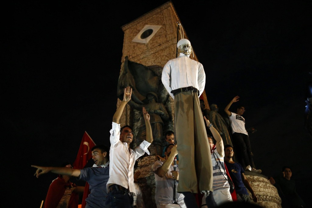 epa05431067 Protesters carry an effigy of Turkish Muslim cleric Fethullah Gulen, founder of the Gulen movement, during a demonstration at Taksim Square, in Istanbul, Turkey, 18 July 2016. Gulen has been accused by Turkish President Recept Tayyip Erdogan of allegedly orchestrating the 15 July failed coup attempt. Turkish Prime Minister, Binali Yildirim, announced on 18 July that of the 7,500 detainees involved in the coup attempt, there were 6,000 soldiers, 100 police officers, 755 judges and prosecutors and 650 civilians. Among the detained army officials included 103 generals, almost one third of the 356 generals in the Turkish Army. At least 290 people were killed and almost 1,500 injured amid violent clashes on July 15 as certain military factions attempted to stage a coup d'etat. EPA/SEDAT SUNA