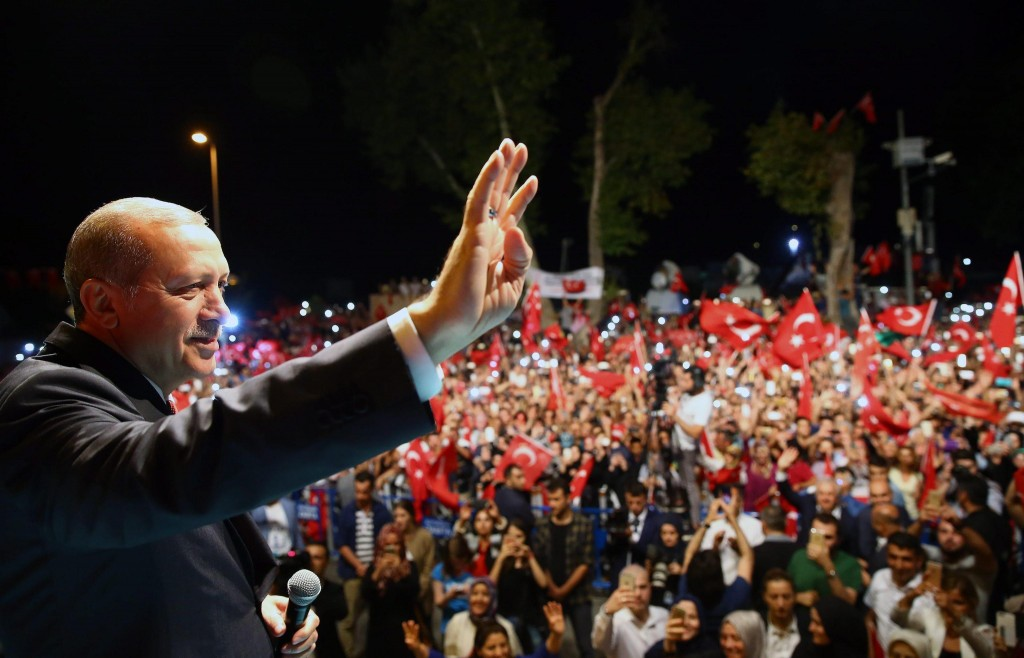 Il presidente Erdogan parla alla folla epa05431627 A handout picture provided by Turkish President Press office on 19 July 2016 shows, Turkish President Recep Tayyip Erdogan waving during his rally in Istanbul, Turkey, midnight 18 July 2016. Turkish Prime Minister Yildirim reportedly said that the Turkish military was involved in an attempted coup d'etat. Turkish President Recep Tayyip Erdogan has denounced the coup attempt as an 'act of treason' and insisted his government remains in charge. Some 104 coup plotters were killed, 90 people - 41 of them police and 47 are civilians - 'fell martrys', after an attempt to bring down the Turkish government, the acting army chief General Umit Dundar said in a televised appearance.who were killed in a coup attempt on 16 July, during the funeral, in Istanbul, Turkey, 17 July 2016. Turkish Prime Minister Yildirim reportedly said that the Turkish military was involved in an attempted coup d'etat. Turkish President Recep Tayyip Erdogan has denounced the coup attempt as an 'act of treason' and insisted his government remains in charge. Some 104 coup plotters were killed, 90 people - 41 of them police and 47 are civilians - 'fell martrys', after an attempt to bring down the Turkish government, the acting army chief General Umit Dundar said in a televised appearance. EPA/TURKISH PRESIDENTAL PRESS OFFICE / HANDOUT HANDOUT EDITORIAL USE ONLY/NO SALES